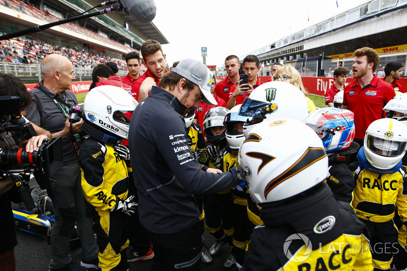 Fernando Alonso, McLaren, incontra i giovani kartisiti