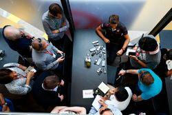 Romain Grosjean, Haas F1 Team, con loos medios
