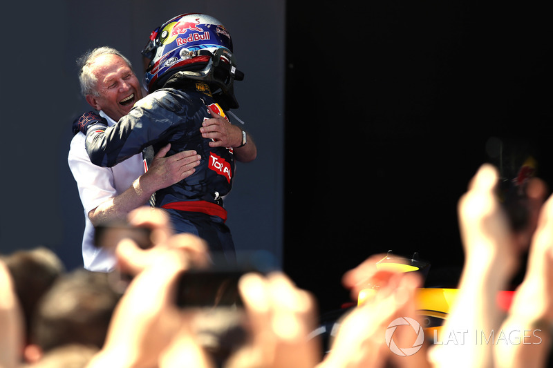 Max Verstappen, Red Bull Racing, winnaar, en Helmut Markko, Consultant, Red Bull Racing, vieren feest in Parc Ferme