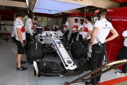 Antonio Giovinazzi, Sauber C37 en el garaje