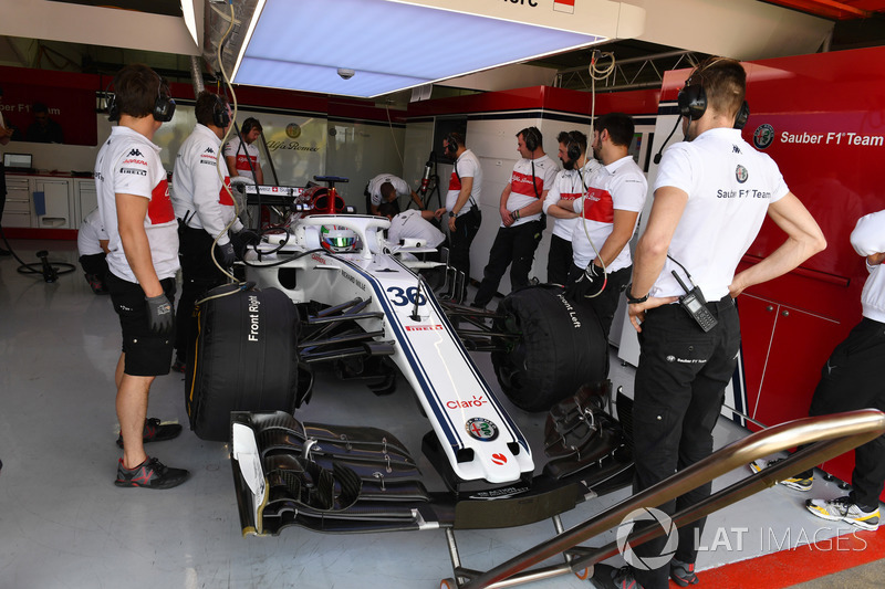 Antonio Giovinazzi, Sauber C37 in the garage
