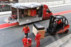 Consegna DHL con casse Ferrari