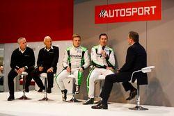Michal Hrabanek, Pavel Hortek, Pontus Tideman et Emil Axelsson, Skoda, parlent à Henry Hope-Frost sur la scène Autosport