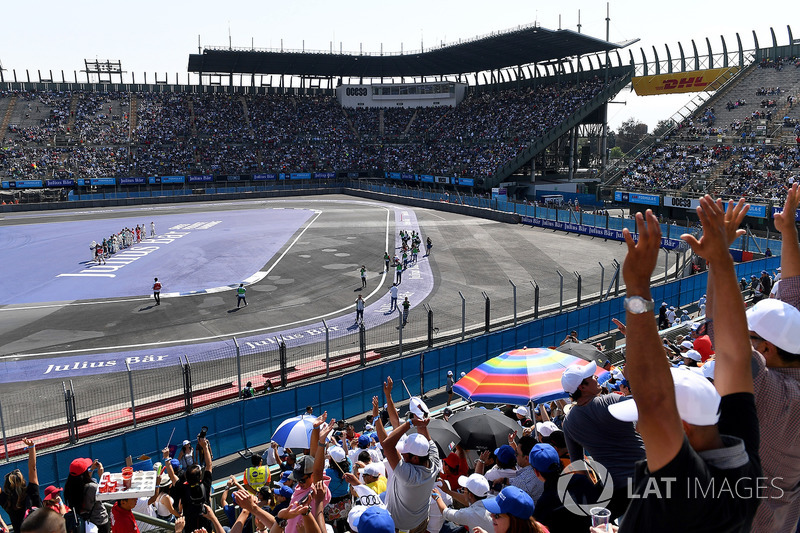 Drivers start a mexican wave