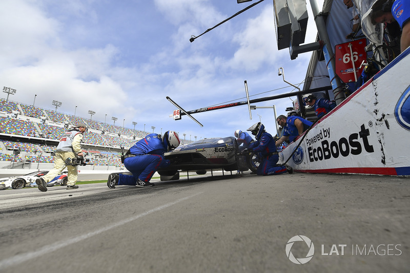 #66 Chip Ganassi Racing Ford GT, GTLM: Dirk Müller, Joey Hand, Sébastien Bourdais pit stop