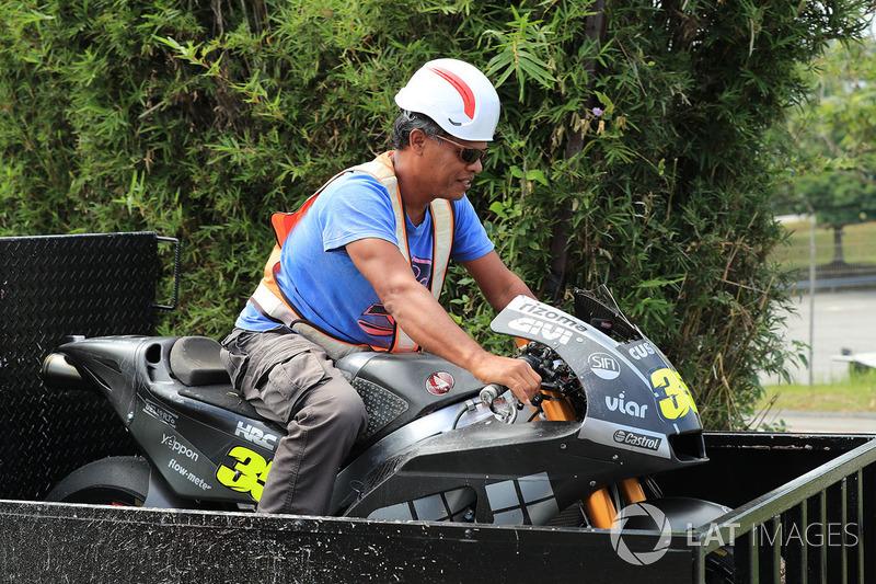 Los comisarios sentados en la moto accidentada de Cal Crutchlow, Team LCR Honda