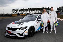 Beitske Visser en Nico Menzel met de BMW M4 GT4