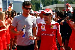 Mark Webber, Red Bull Racing, con Fernando Alonso, Ferrari