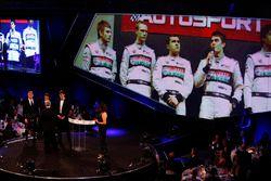 Derek Warwick reçoit un prix des mains de George Russell et Lando Norris devant une photo des finalistes précédents du McLaren Autosport BRDC Young Driver Award