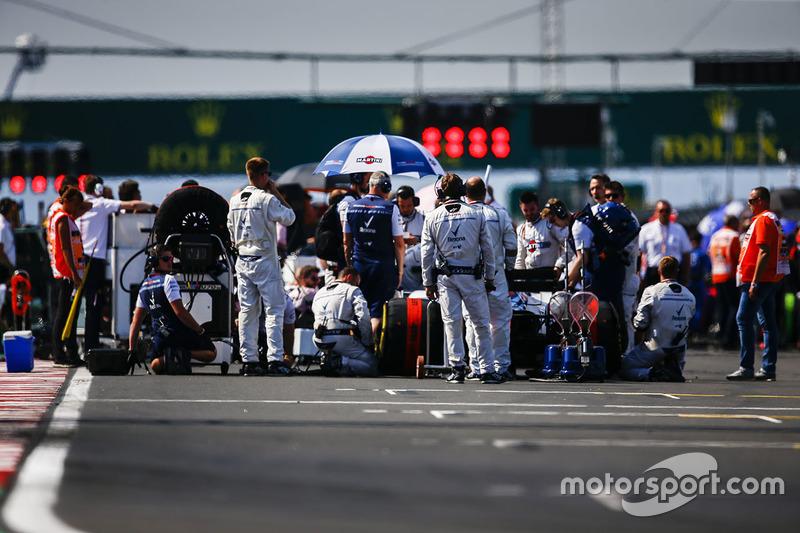 Ingenieros de Williams con el coche de Sergey Sirotkin, Williams FW41