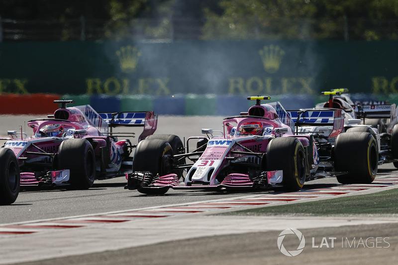 Sergio Pérez, Force India VJM11, batallas con Esteban Ocon, Force India VJM11, por delante de Charles Leclerc, Sauber C37, en el inicio