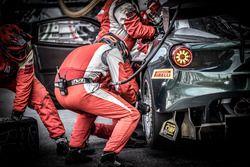 Pit stop, #51 AF Corse Ferrari 488 GT3: Duncan Cameron, Matt Griffin, Rino Mastronardi, Aaron Scott