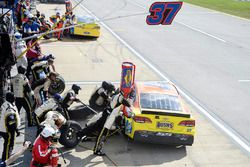 Chris Buescher, JTG Daugherty Racing Chevrolet, pit stop
