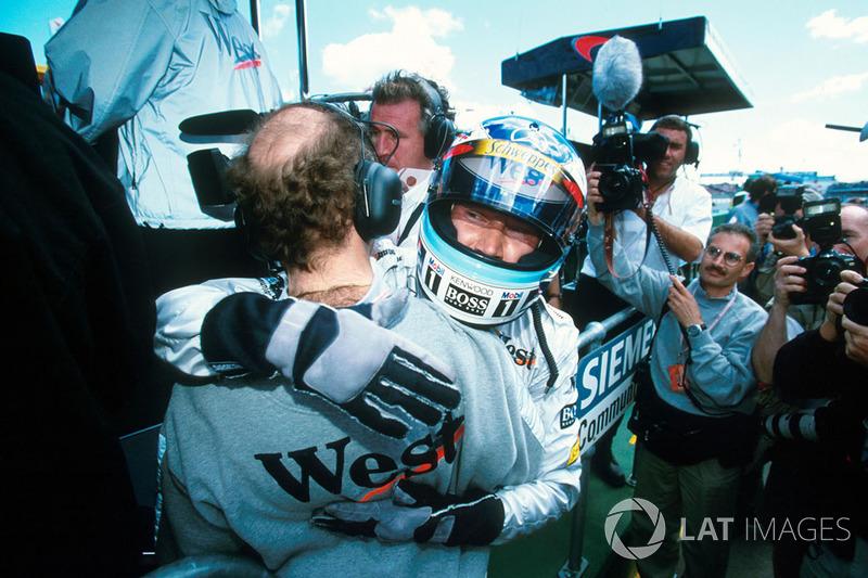 Winnaar Mika Hakkinen, McLaren viert de zege met Adrian Newey