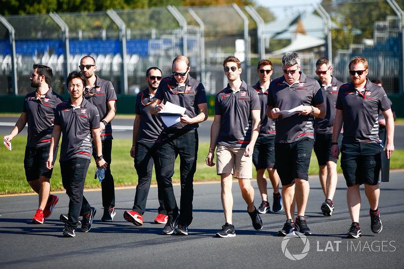 Track walk de Romain Grosjean com staff da Haas F1 Team