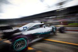 Valtteri Bottas, Mercedes AMG F1 W09, deja el garaje
