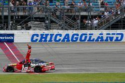 Kyle Busch, Joe Gibbs Racing, Toyota Camry Skittles Red White & Blue celebra