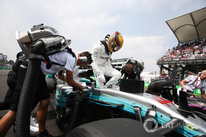 Terceiro do grid, piloto da Mercedes se prepara para a largada