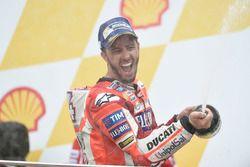 Подиум: победитель Андреа Довициозо, Ducati Team