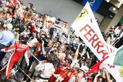 Kimi Raikkonen, Ferrari F2007, 1° classificato, e il team Ferrari festeggiano la vittoria nel parco