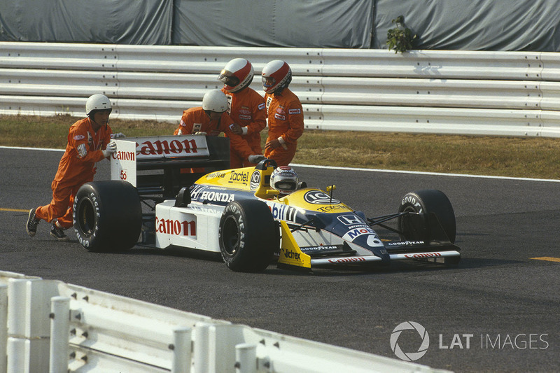 Nelson Piquet, Williams FW11B Honda with marshalls