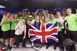 Le Champion du monde 2017 Lewis Hamilton, Mercedes AMG F1 fête son titre avec sa maman Carmen Lockhart et son équipe