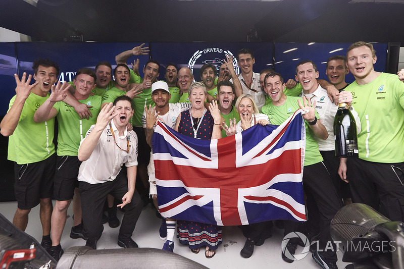 Los campeones de ese año, Mercedes en pilotos y Hamilton en equipos