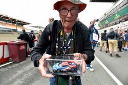 Taraftar #68 Ford Chip Ganassi Racing Ford GT: Joey Hand, Dirk Müller, Sébastien Bourdais modelini gösteriyor