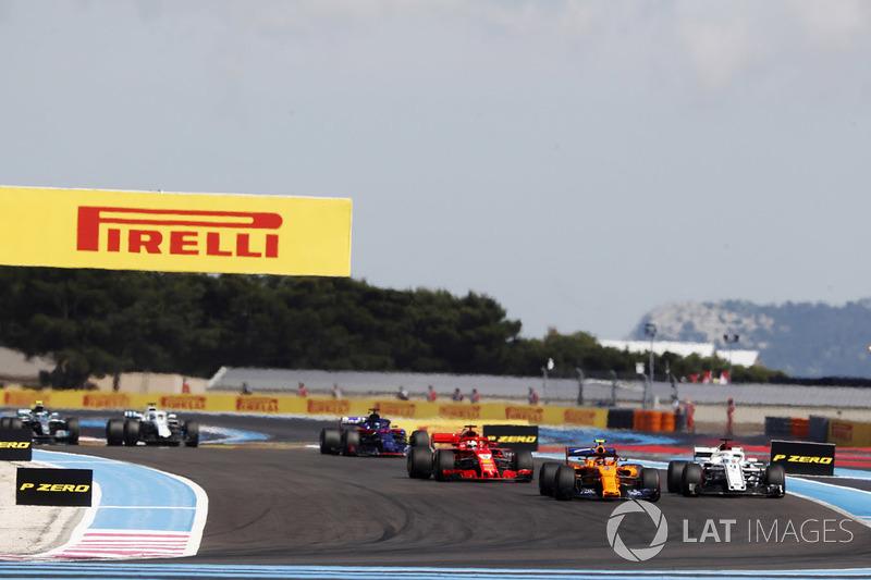 Stoffel Vandoorne, McLaren MCL33, devant Marcus Ericsson, Sauber C37, et Sebastian Vettel, Ferrari SF71H