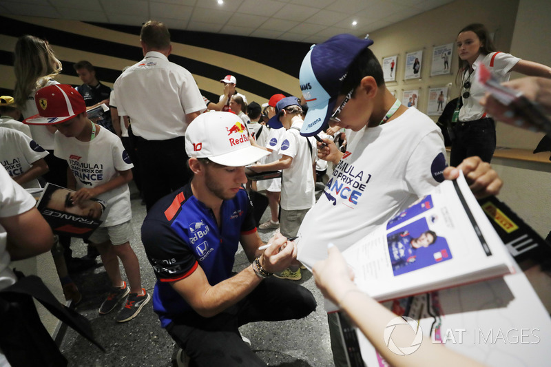 Pierre Gasly, Toro Rosso, signs autographs for the grid kids