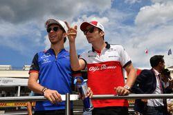 Pierre Gasly, Scuderia Toro Rosso e Charles Leclerc, Sauber, nella drivers parade