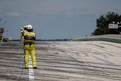 Ufficiali IndyCar in pit lane