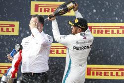 Lewis Hamilton, Mercedes AMG F1 en Ron Meadows, Sporting Director, Mercedes AMG met champagne op het podium