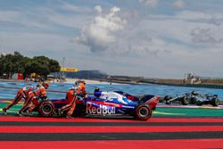 Marshals recover race retiree Pierre Gasly, Scuderia Toro Rosso STR13