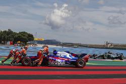 Marshals recover race retiree Pierre Gasly, Scuderia Toro Rosso STR13