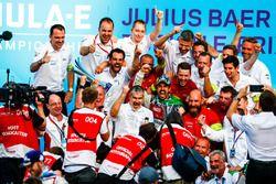 Il vincitore dell'ePrix di Zurigo, Lucas di Grassi, Audi Sport ABT Schaeffler