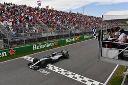 Lewis Hamilton, Mercedes-AMG F1 W09 Winnie Harlow, agita la bandera a cuadros