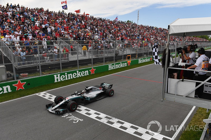 Lewis Hamilton, Mercedes-AMG F1 W09 takes the chequered flag waved by Winnnie Harlow (CDN)