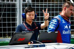 Un mécanicien Toro Rosso Honda sur la grille
