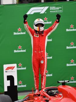 Racewinnaar Sebastian Vettel, Ferrari SF71H in parc ferme