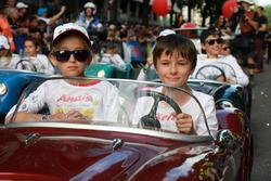 Детские автомобили на параде пилотов