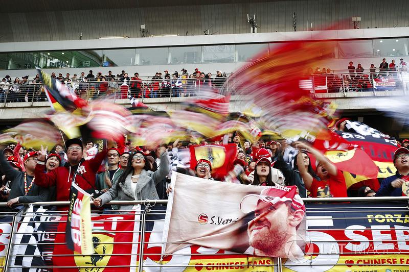 Tifosi di Sebastian Vettel, Ferrari, sventolano delle bandiere