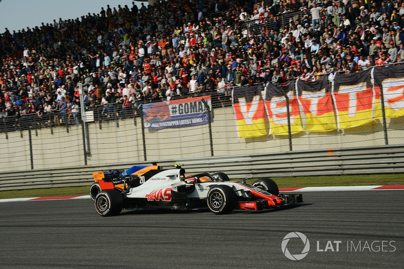 Kevin Magnussen, Haas F1 Team VF-18 and Fernando Alonso, McLaren MCL33 battle