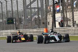 Lewis Hamilton, Mercedes-AMG F1 W09 EQ Power+ y Daniel Ricciardo, Red Bull Racing RB14
