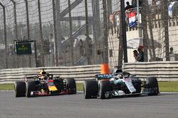 Lewis Hamilton, Mercedes-AMG F1 W09 EQ Power+ and Daniel Ricciardo, Red Bull Racing RB14