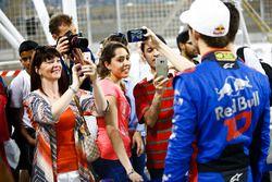 Aficionados haciendo fotos a Pierre Gasly, Toro Rosso