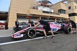 Les mécaniciens avec la Force India VJM11
