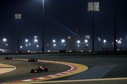 Daniel Ricciardo, Red Bull Racing RB14 Tag Heuer, devant Brendon Hartley, Toro Rosso STR13 Honda
