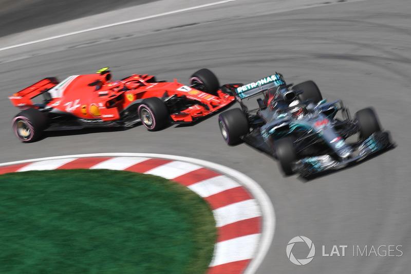 Lewis Hamilton, Mercedes-AMG F1 W09 e Kimi Raikkonen, Ferrari SF71H