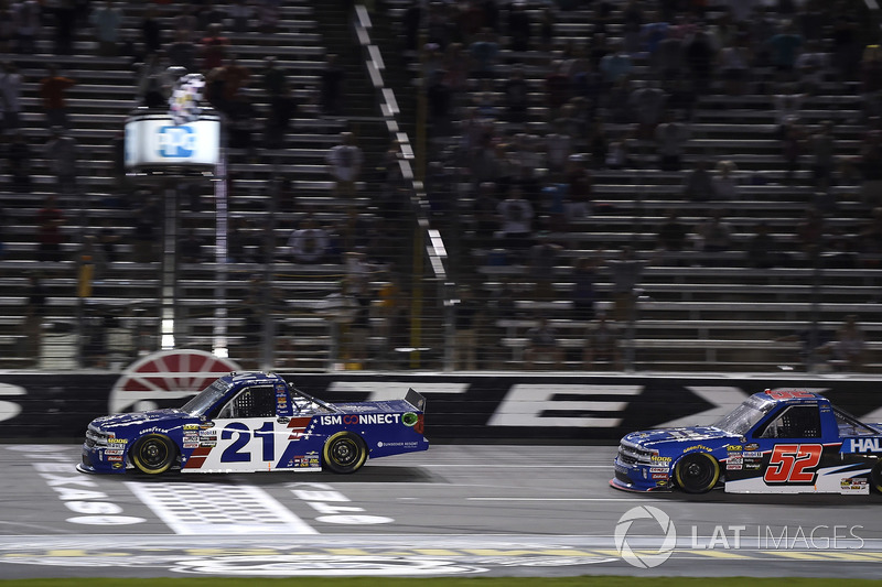 Fotofinish: 1. Johnny Sauter, GMS Racing, Chevrolet Silverado; 2. Stewart Friesen, Halmar Friesen Racing, Chevrolet Silverado